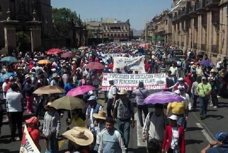 Maestros marchan en protesta a la evaluación docente en Michoacán