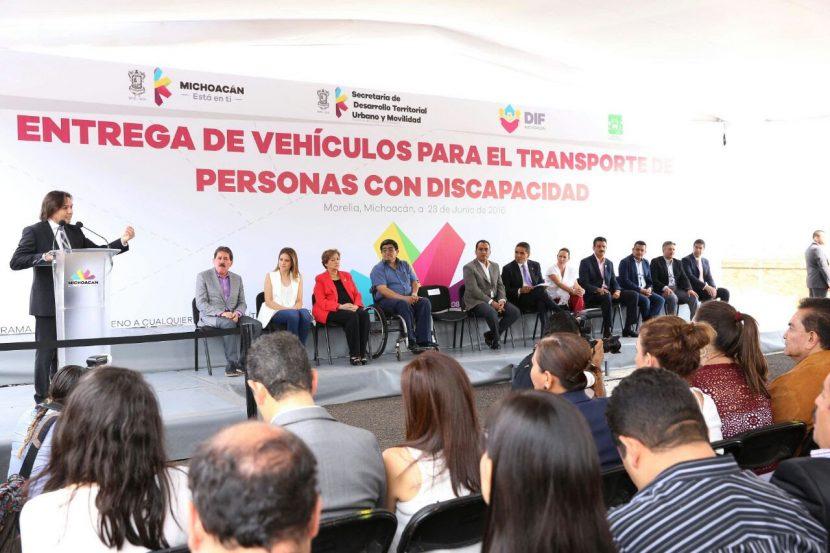 Entregan vehículos para el transporte de personas con discapacidad a 32 municipios