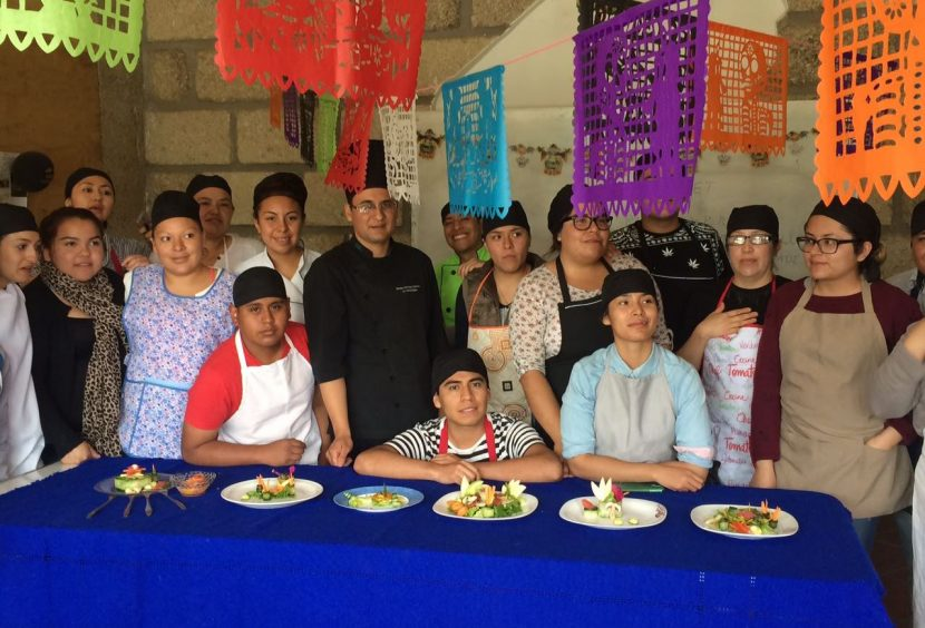 Alumnos de gastronomía de la UTOM realizan ensaladas minimalistas y tradicionales