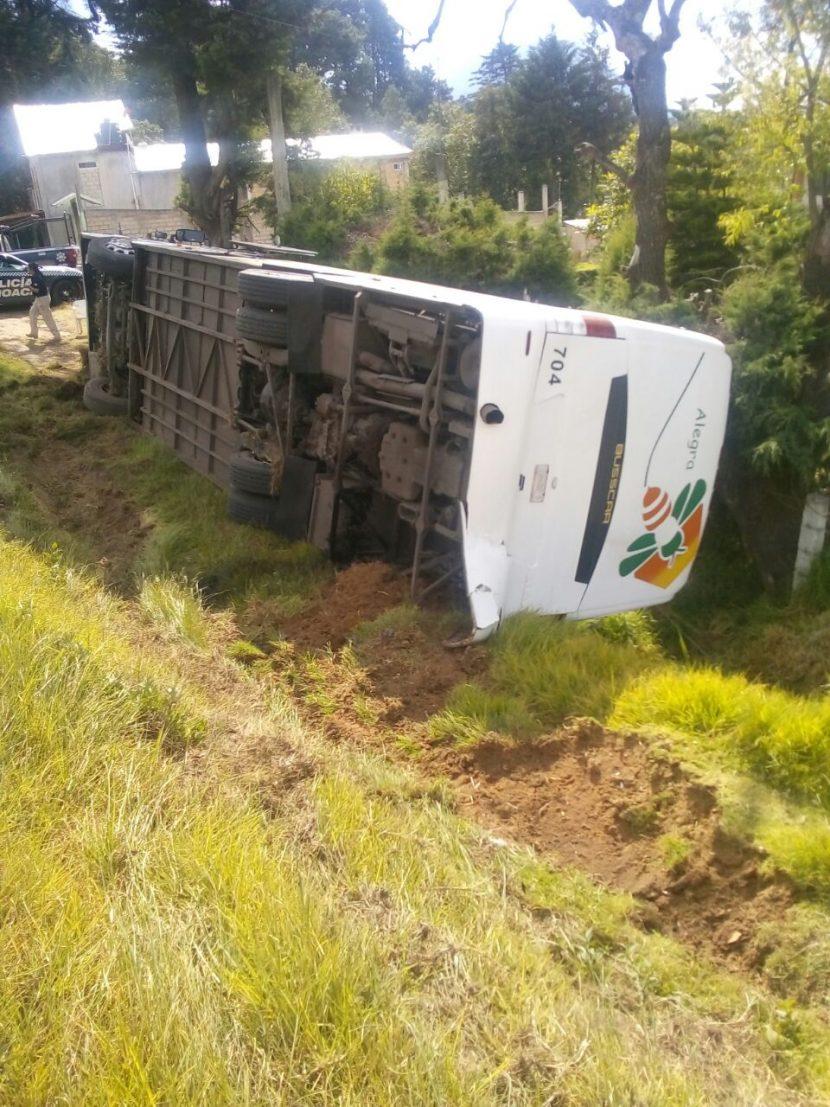 Volcadura de autobús deja 7 personas lesionadas en Zitácuaro