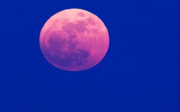 La 'Luna rosa' ilumina el inicio de la Semana Santa