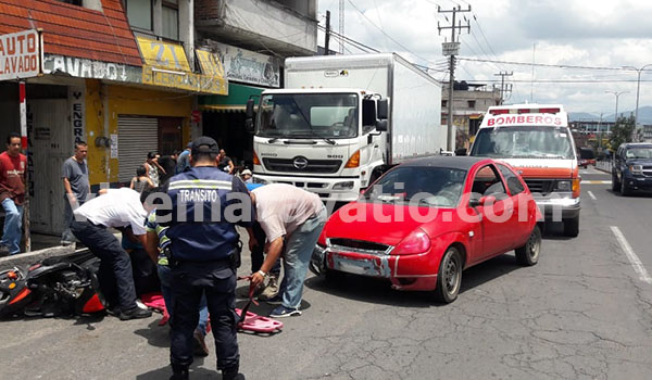 Zitácuaro: Vehículo impacta una motoneta y deja dos personas lesionadas