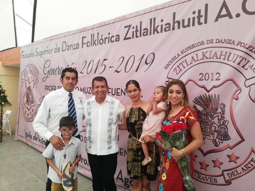 Se titula como Licenciado en danza folklórica Raúl Ilagor Albarrán