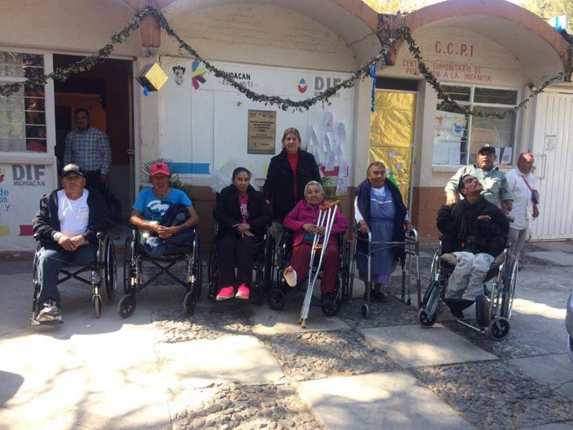 SDIF Municipal entregó sillas de ruedas y andaderas a personas de comunidades de Maravatío