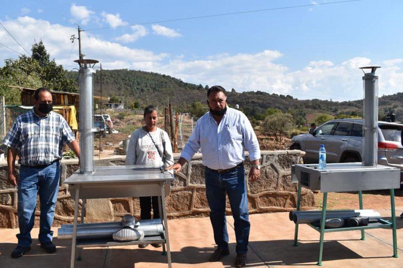 Jaime Hinojosa entrega estufas ecológicas a vecinos de las comunidades de Tenerias y Llano Grande