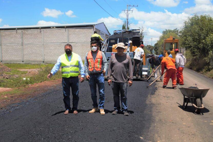 Jaime Hinojosa supervisa la pavimentación de la calle principal de Pomoquita