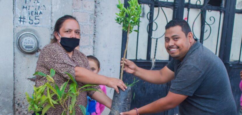 """Movimiento Juvenil Michoacán dota de árboles frutales a maravatienses como parte de la campaña """"Plantando Vida"""""""