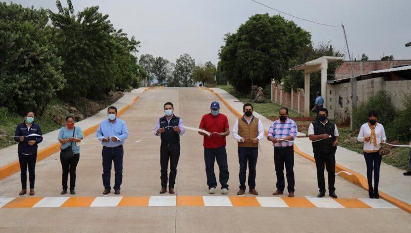 Gobernador y alcalde entregan pavimentación de calle a la comunidad de Campo Hermoso