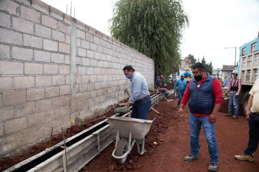 Jaime Hinojosa supervisa trabajos de pavimentación sobre la calle Lago de Zirahuén de la colonia Agua Bendita.