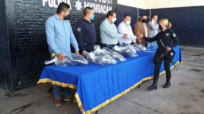 Jaime Hinojosa entrega uniformes a Policía y Tránsito Municipal