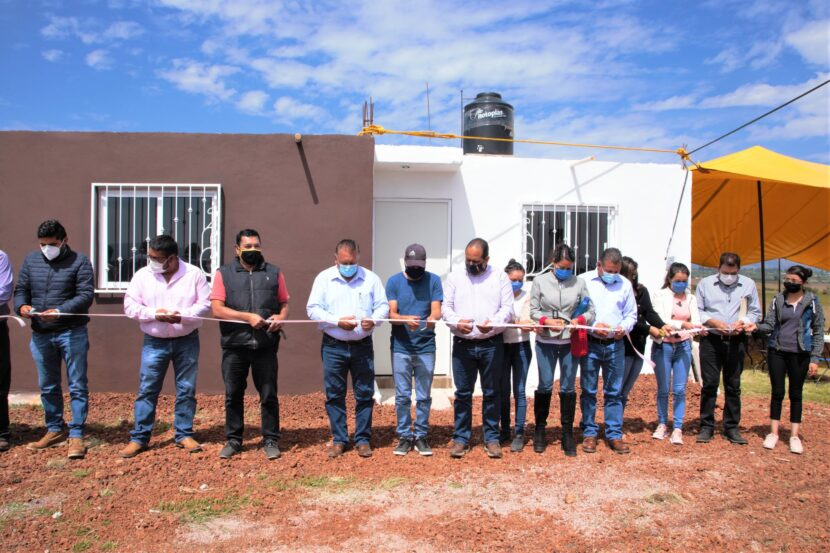 Jaime Hinojosa entrega viviendas a familias maravatienses