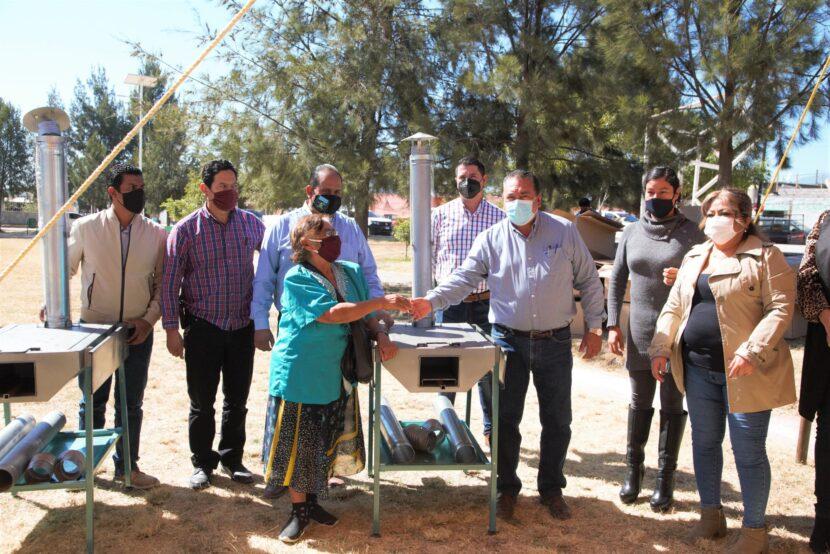 Jaime Hinojosa entrega 37 estufas ecológicas