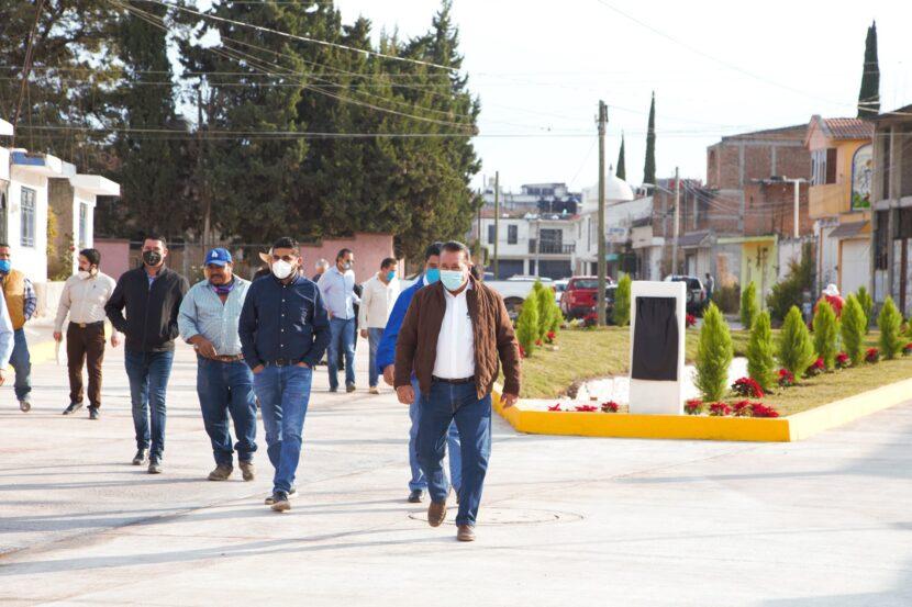 Jaime Hinojosa entrega pavimentación de calle en la colonia Agua Bendita
