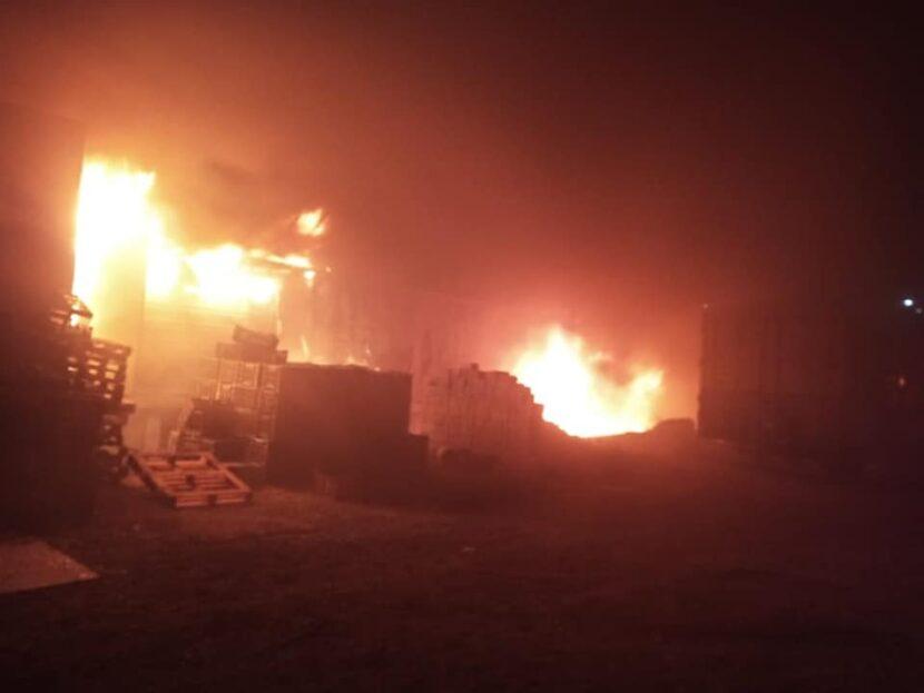 En Zitácuaro, se incendia bodega de aguacate, se perdieron 20 toneladas del fruto